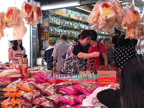 好漂亮的香菇哟,好品质的鱼鳔呀!大婶阿姨们忙着到药堂买海味扫年货。