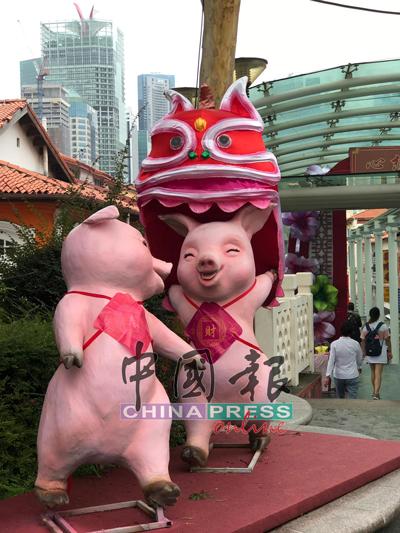 呐呐呐,舞狮舞龙绝对不是人类的专利,就连猪猪也喜欢舞狮呢!