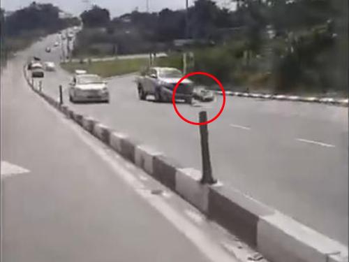 """货卡撞击轮胎后紧急煞车,车头被撞至毁损脱落。(截图自""""Cempedak Cheese""""面子书视频)"""