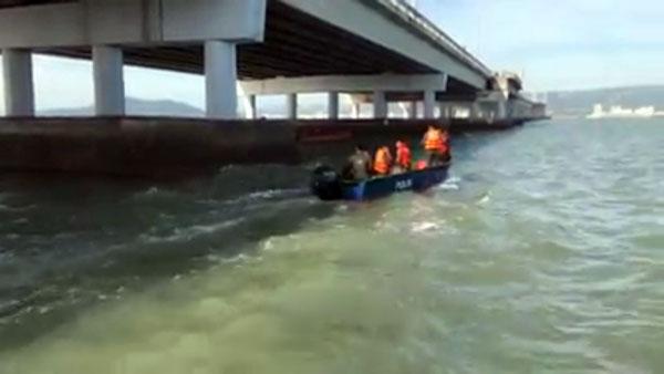 消拯人员与水警在海上展开搜寻工作。