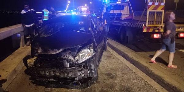 丰田vios轿车的车头被撞至不成型。