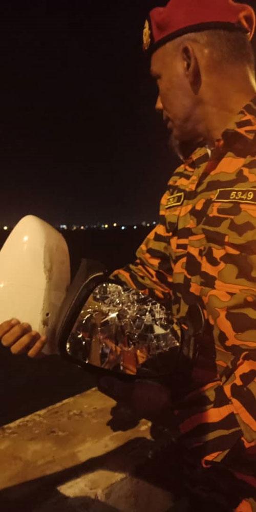 消拯人员在桥上拾获车镜,怀疑是已落海的车子的车镜。