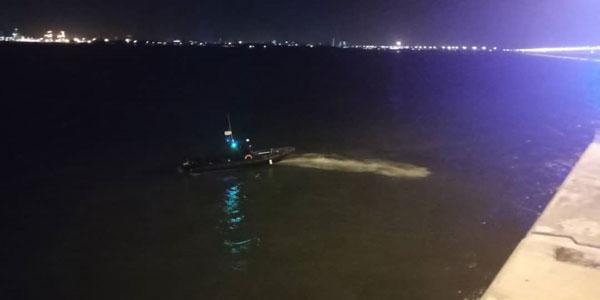 搜救人员在海上展开搜寻工作。
