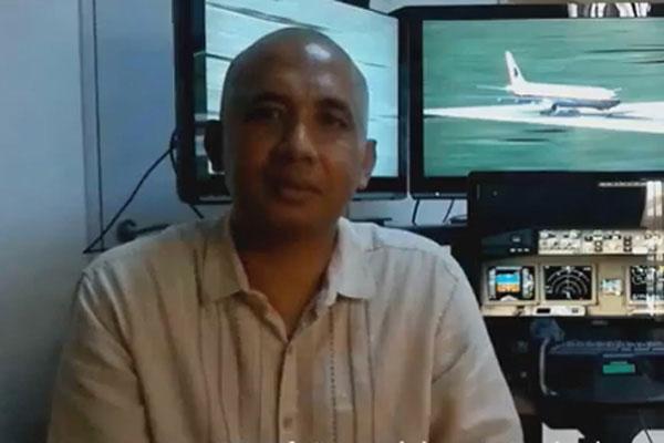 失联航班飞机师查哈里在其飞行模拟器前拍下的照片。