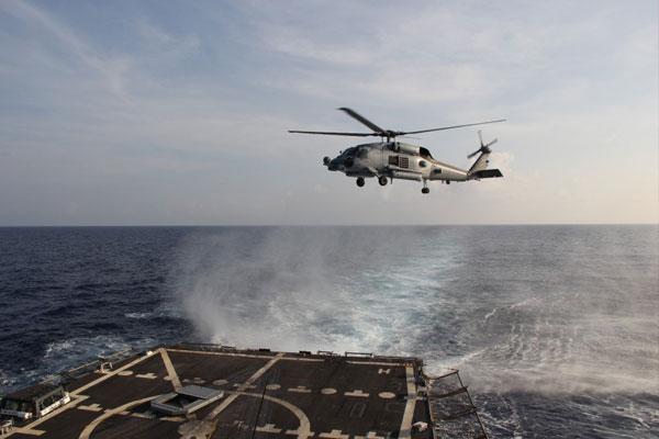 """美国海军""""平克尼""""号驱逐舰(舷号91)的SH-60R舰载直升机,抵达南中国海后展开第一个架次的飞行搜索任务。"""