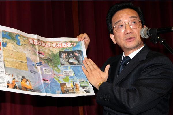 时任中国驻马大使黄惠康手持地图向媒体指出,搜寻MH370失联客机最大难度是南北走廊区域非常广大。