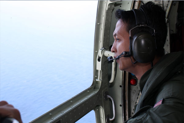马来西亚空军人员面向茫茫大海搜寻客机下落,望眼欲穿。