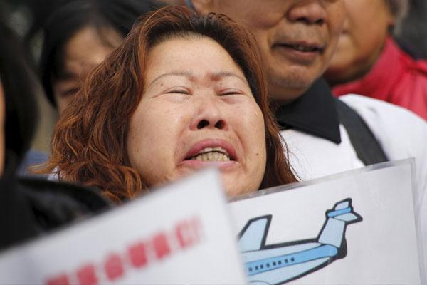 客机失联消息传出后,许多家属担忧家人安危纷纷痛哭。