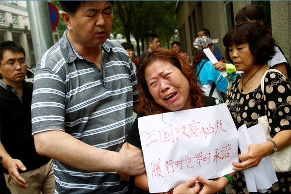搜索行动宣告结束后,其中1名家属持大字报痛哭,要求3国(澳中马)履行搜索承诺。