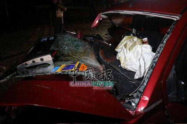 挡风玻璃破裂,司机座位留下染血的布料。