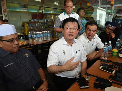 曹观友(中)主持道路安全活动后,在记者会上发表谈话。