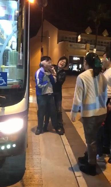 中国女乘客拉扯巴士车长的衣领。