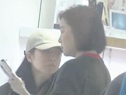 林青霞被直击和22岁女儿现身香港商场逛街。