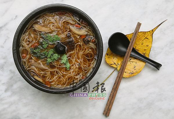 这碗面线的汤头用黄精、黑枣、杜仲、枸杞和牛蒡熬煮而成,清甜而不浓郁,再捡一片菩提叶当作餐具托,吃出禅的滋味。