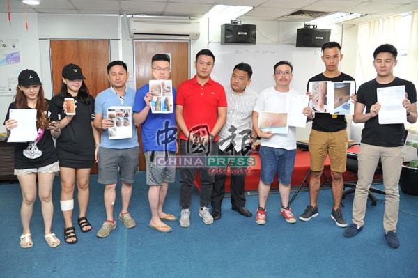 薛富丰(左5起)和黄明山,将替消费者争取权益。左起是林沚郢、陈姿伶、简永雄、胡振雍,右起是颜德明、苏俊雄及王健光。