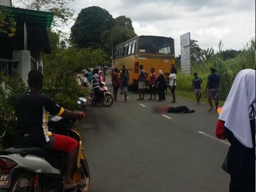 附近居民听见惨叫声后,发现一名女学生横卧巴士后方。