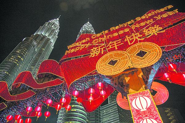 在标志性建筑物上挂大红灯笼庆祝农历新年的历史已有些年头。