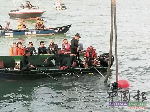 海事执法机构、消拯局、海警和海军组成的40名临时蛙人队,分批两人一组,多次潜入海底寻找休旅车。(海事执法机构提供)