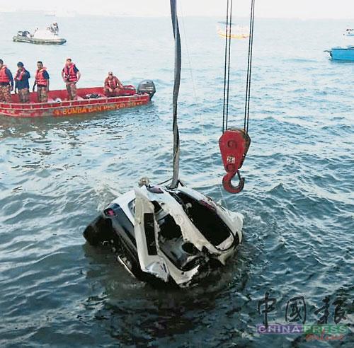 蛙人多次下海,在零可见度的海底摸索,始成功用绳索捆绑坠海休旅车的车辋,最后以大钩吊上桥面。(海事执法机构提供)