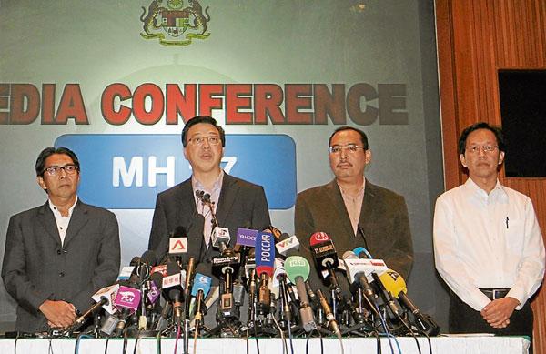 时任交通部长拿督斯里廖中莱慰问罹难者家属。