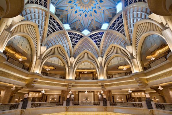 采用约30吨24K黄金打造的阿布扎比皇宫大酒店,举目所及皆是金碧辉 煌。(网络照片)