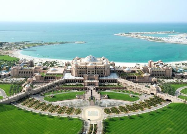 阿布扎比皇宫大酒店位于阿拉伯海湾的海岸,坐落在绵延1.5公里长的私 人海滩上。(网络照片)