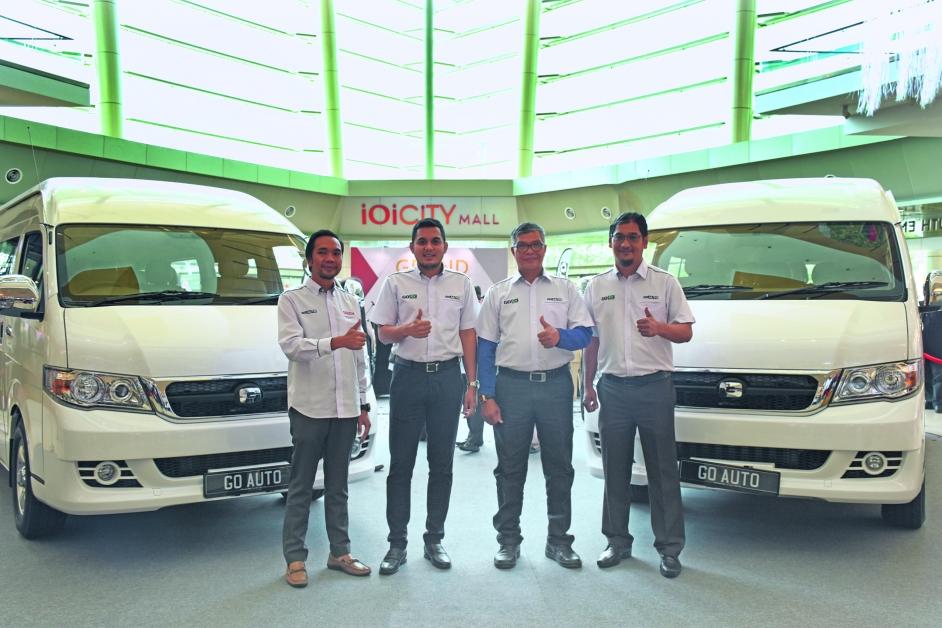 左起为Go Auto Group总营运长梅尔阿芝穆汀、执行董事拿督SM阿芝利、拿督莫哈末达立及Go EV Solution 总经理祖纳华林一起推介这两款货卡。