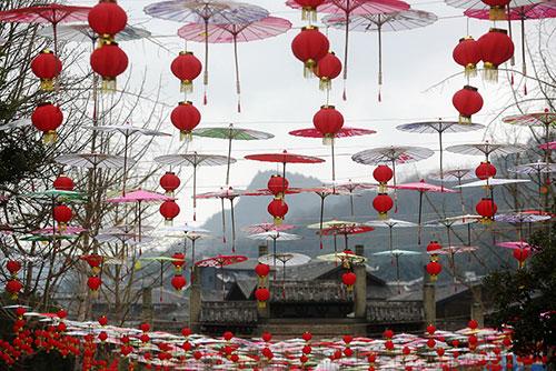 随着春节临近,中国重庆市黔江区濯水古镇张灯结彩,用红灯笼和纸伞营造出喜气洋洋的节日气氛。(新华社)