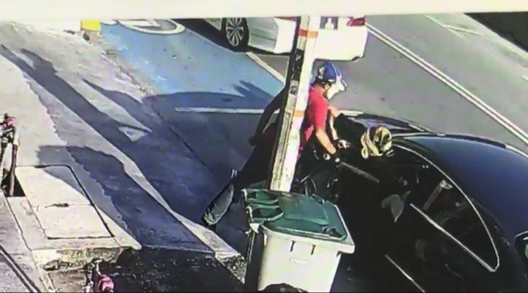 劫匪持刀要挟夫妇交出财物。