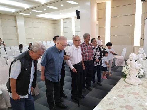 魏家祥(左2)到甘武灵堂前,向他致敬。