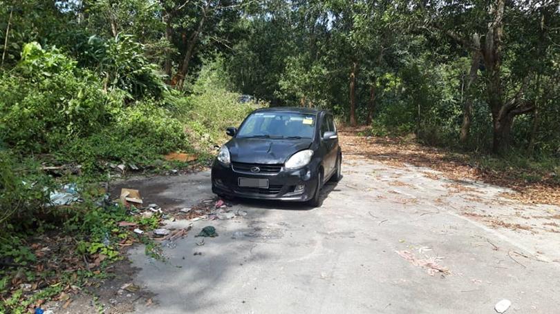死者梁圣勇将车停泊在瀑布附近,在车内烧炭自杀。