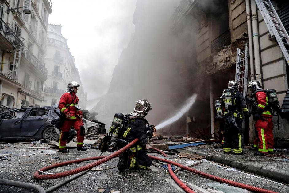 消防员到现场灌救。