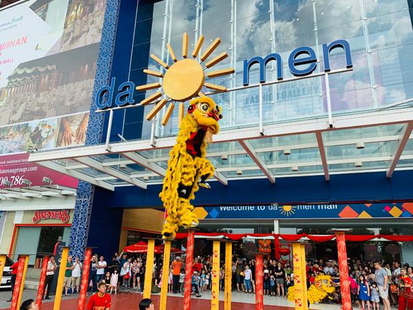 """大门广场每个周末都会呈献紧张刺激的""""醒狮迎春""""杂技表演"""