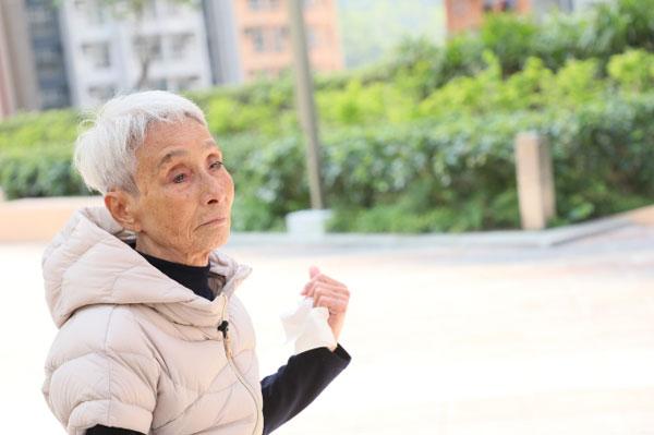 梁爱前年在街上跌倒受伤,让她体重从50公斤爆瘦到仅剩33公斤。(图/萍果日报)