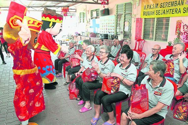 财神爷和瑞猪吉祥物向芙蓉小甘密新村老人院拜早年,逗得长者乐开怀。