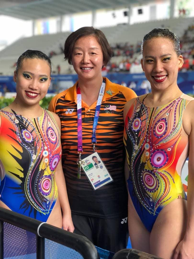 龍艷(中)與顏華葦(左)及李盈慧在去年亞運會的合照,這項賽會成為他執教馬來西亞的最后一個比賽任務。