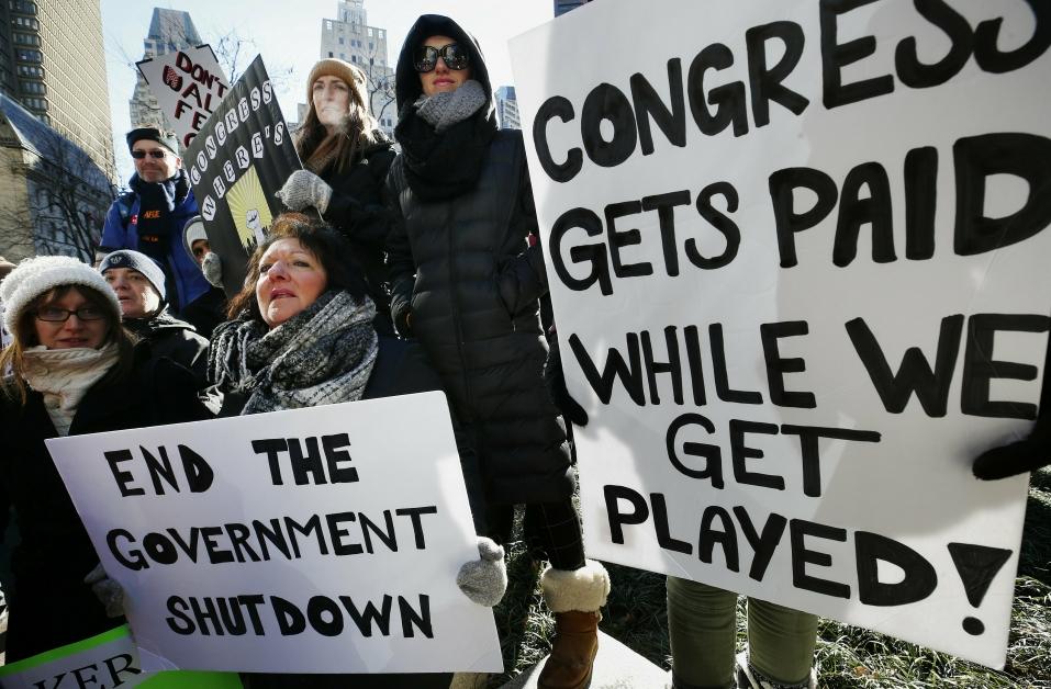 """公务员怒举示威标语——""""当国会议员有薪水拿时,我们被当着棋子来耍!"""""""