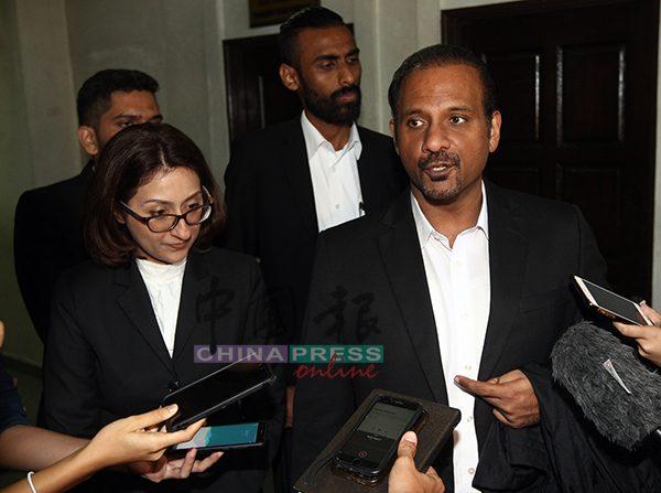 蓝卡巴星在法庭审讯接受后接受媒体访问,左为珊吉柯。