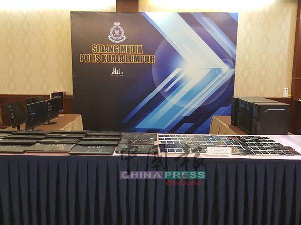 警方成功捣毁一个赌博集团,起获大量电脑、手机等器材。