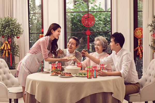 """今年春节与家人吃团圆饭,怎能少了8款精美的""""福旺可乐 罐"""",不仅能为餐桌增添色彩,还能为家人亲友送上祝福。"""