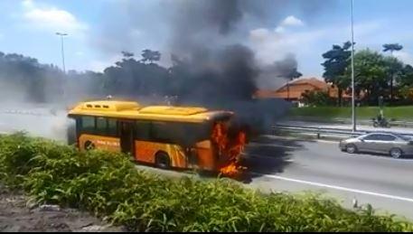 巴士不知何故发生祸患,冒出滚滚浓烟,场面骇人。