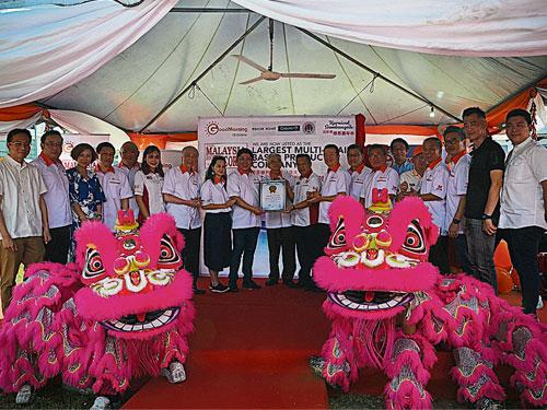 大马纪录大全市场开发经理杨重振颁发大马纪录大全证书予林绅文(左9);由陈祖排(左10)和蔡家胜(右9)等人见证。