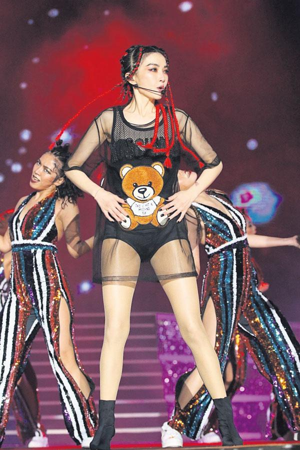谢金燕一身透视装性感展现长腿好身材,动感唱跳嗨翻全场。