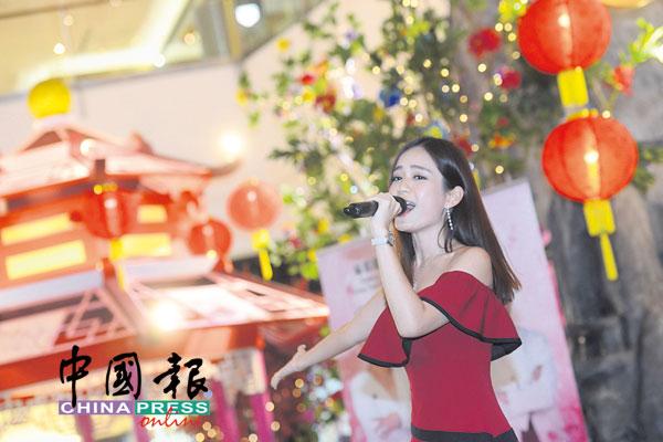 梁祖仪献唱电影主题曲。