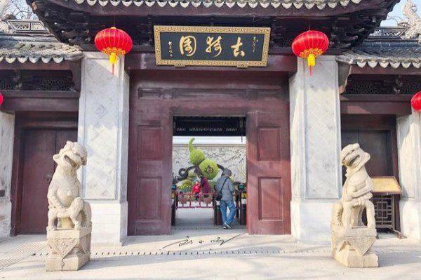 中国上海2只石狮子疑似因选材不佳导致斜头歪脑。