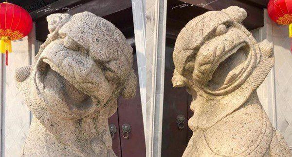 2只石狮子的头部分别朝门口倾斜45度角。