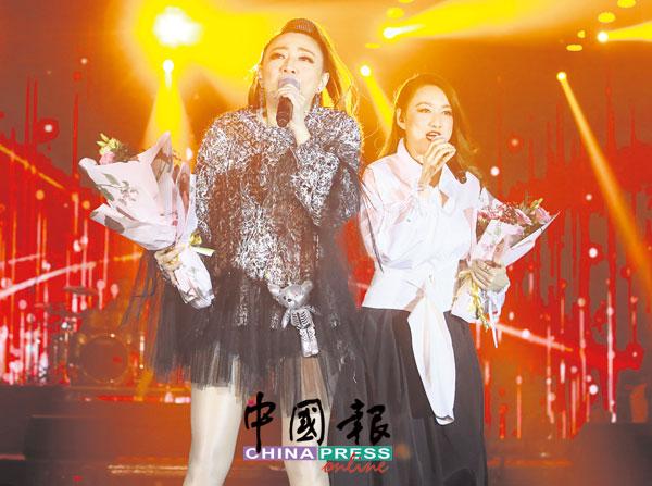 夏日风采郭雯雯(左)和郭燕燕唱出梅姐的代表作《女人花》。
