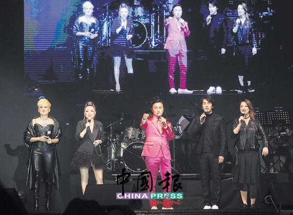 5位艺人纷纷在台上述说起当时与哥哥和梅姐相识的故事,左起为陈莉祝、郭雯雯、郑敬基、李日朗和郭燕燕。