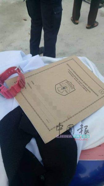 女童上学用的课本及簿子散落在车祸现场。
