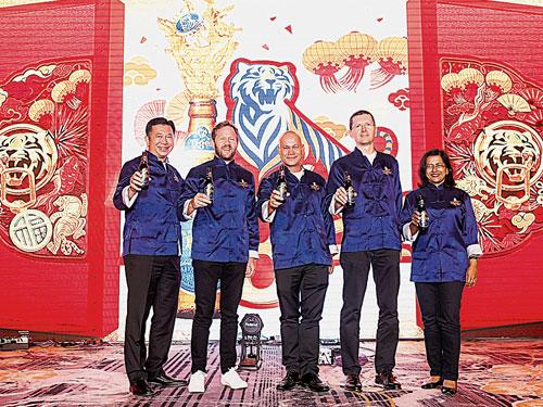 """温建良(左起)、吉利、罗兰巴拉、西拉德及雷努卡为虎牌啤酒""""Uncage New Beginnings""""活动主持推介,迎接农历新年。"""